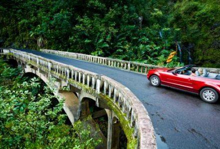 Voyage à Hawaii une voiture rouge sur Hana road un séjour organisée par routedhawaii.com