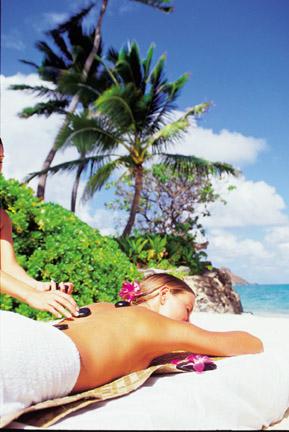 Voyage à Hawaii à découverte du massage aux pierre chaude au Paradise Cove Luau pendant nos vacances organisées par routedhawaii.com