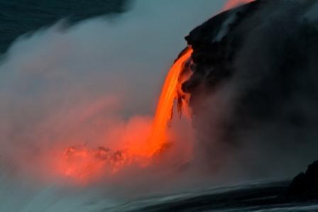 Séjour à Hawaii coulée de lave dans l'océan durant les vacances organisé par routedhawaii.com