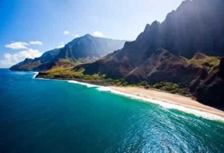 Vacances à Hawaii decouvrir la merveilleuse Napali Beach sa chatoyante eau bleue et son sable blanc un rêve rendu possible par routedhawaii.com