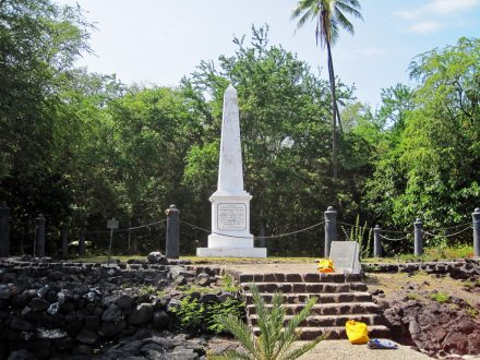Visite du mémorial de James Cook lors d'un voyage à Hawaii